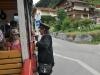 Paní průvodčí obsluhuje cestující trošku netradičně - z lávky na vnější straně vagonu