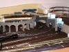 Tunely vedou dozadu do skrytého nádraží a doprava pod modul točny (C)