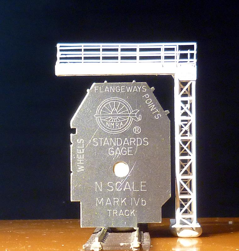 Model návěstního krakorce při porovnání s šablonou NMRA