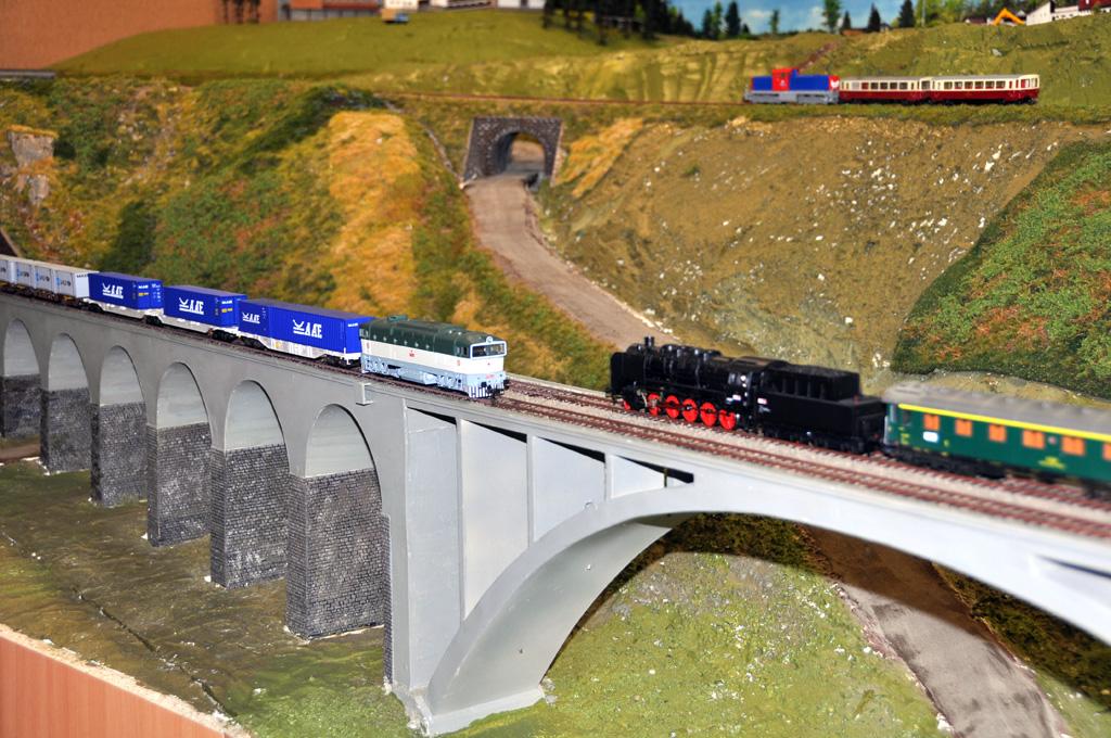 Vlaky ale jezdí i na kolejišti bez stromečků a mechů