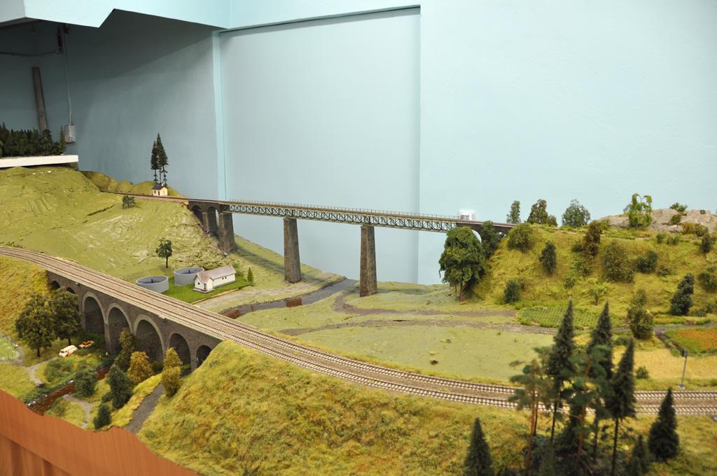 Pravou částí kolejiště protéká řeka Sázava