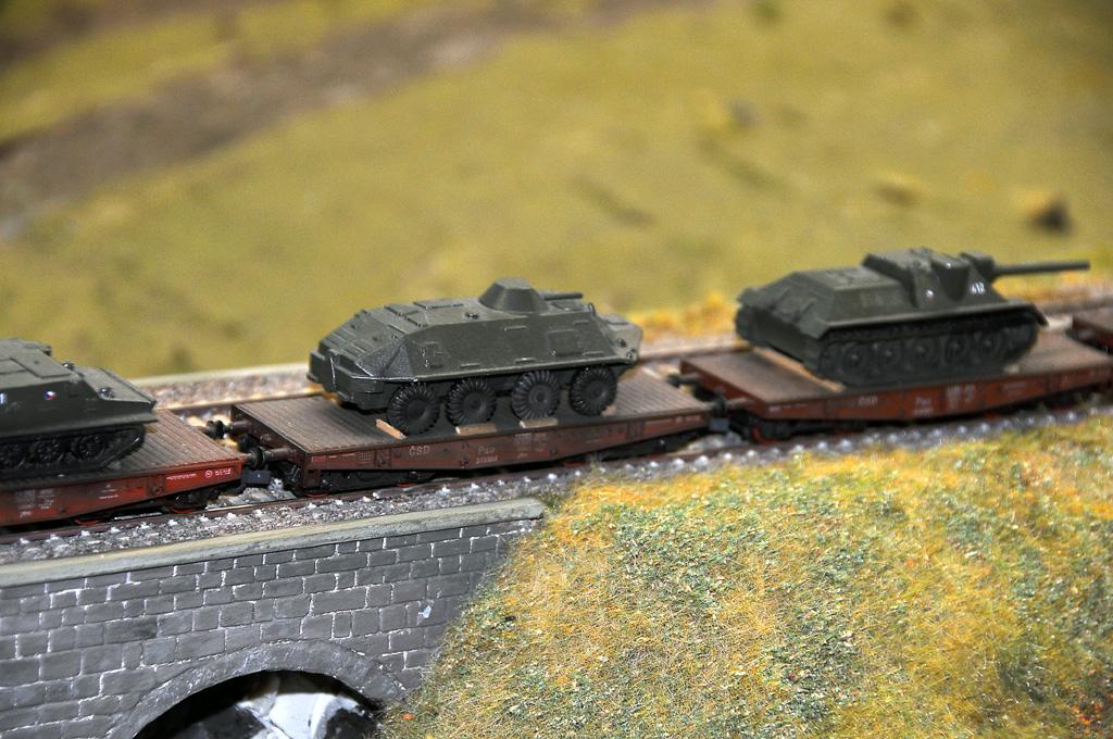 A tady jede jeho pověstný vojenská vlak