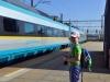 Pendolino přijíždí k peronu a Honzík je štěstím bez sebe