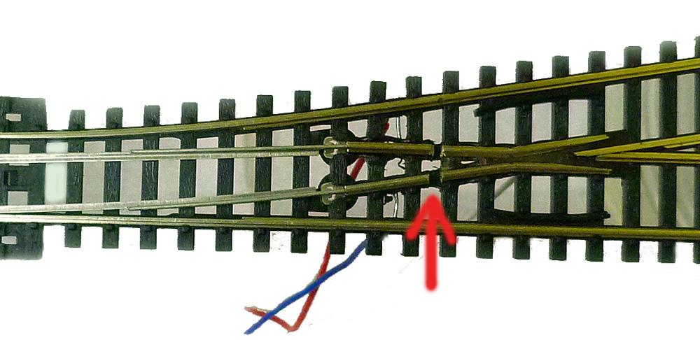 Šipka ukazuje místo, kde se musí kolejnice přerušit