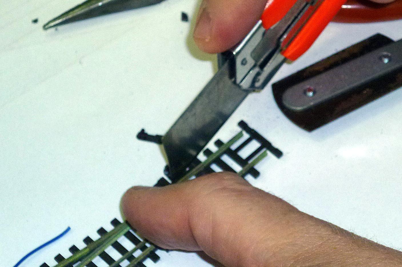 ... a taky se může použít ostří odlamovacího nože...