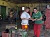 První sklář amatér je poučován, jak má foukat
