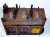 Střecha, která byla po původním patinování zřejmě přelakovaná přijímala nové patinovací prostředky špatně