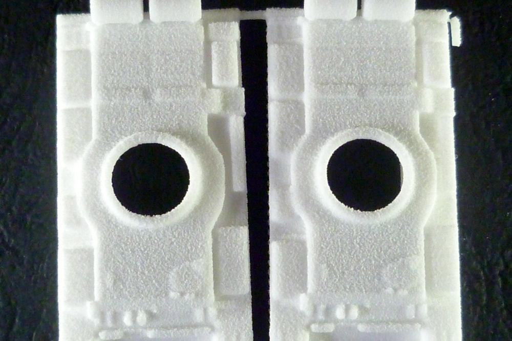 Povrch výtisku tvoří viditelná krupička z plastu