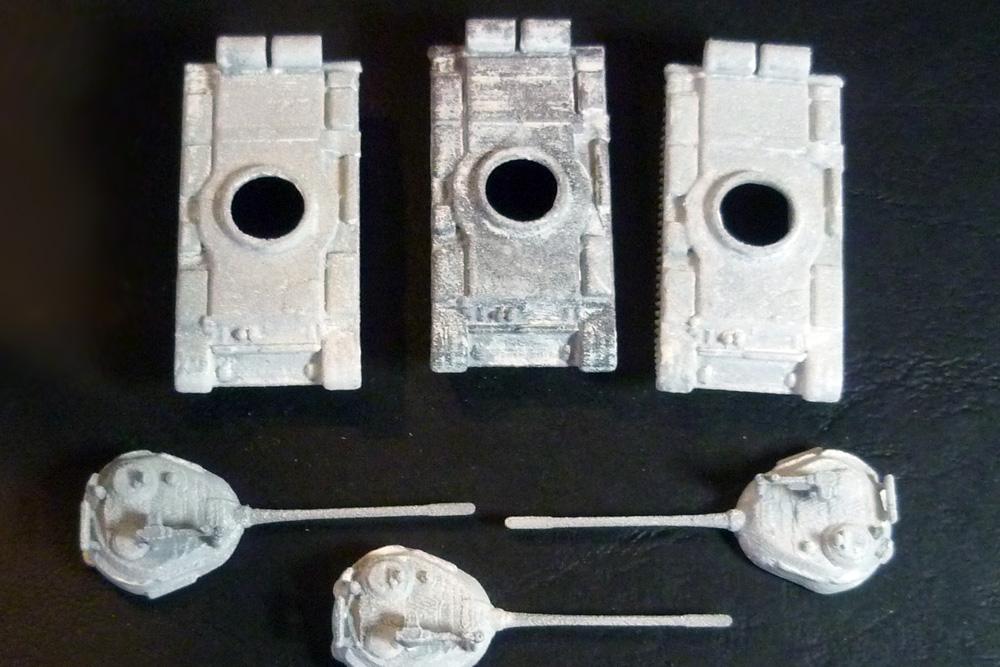 Tmelený a přebroušený model (uprostřed)