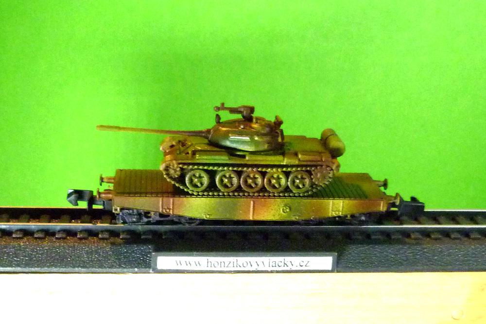 "Tank T55 po kamufláži na plošinovém vagonu \""alias ROCO\"""