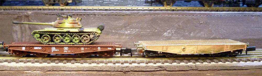 """Plošinový vagon \""""alias\"""" (vpravo) s originálem (vlevo)"""