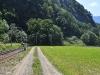 Od pravé strany údolí se stočí doleva (fotografováno v protisměru)..