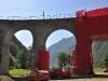 """Kamera se stále otáčí proti směru hodinových ručiček, takže jsem opět v místě, kudy směřují koleje mezi pilíři """"dovnitř"""" viaduktu..."""