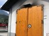 Za těmito dveřmi odpočívá v Jenbachu parní lokomotiva řady 83-076