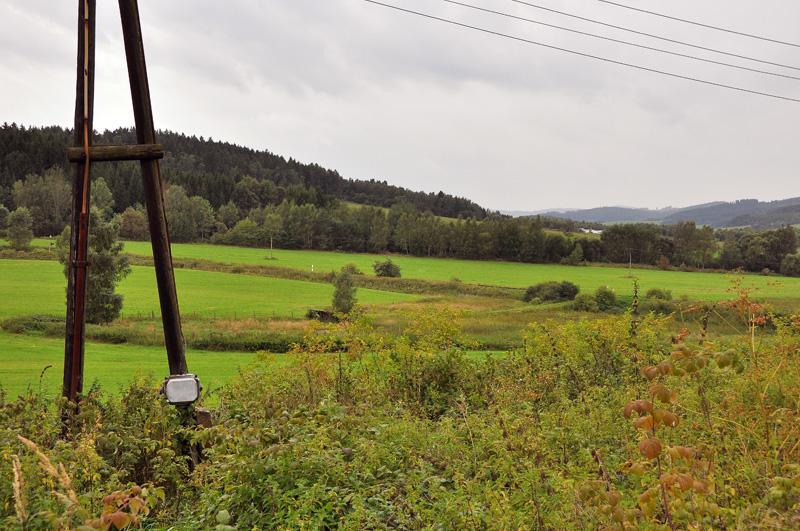 Stoupání tratě od Kájova při pohledu ze stanice Hrotová úvrať; vlak sem přijede levým obloukem