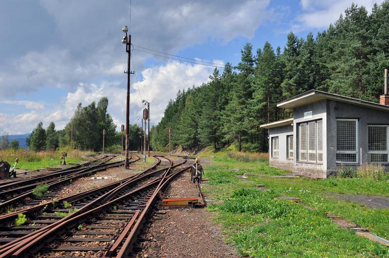 Vpravo drážní budova, odkud byl řízen provoz stanice