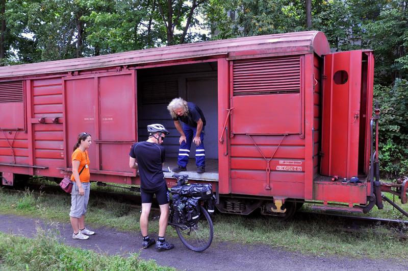 .. kola si uloží do nákladního vozu..