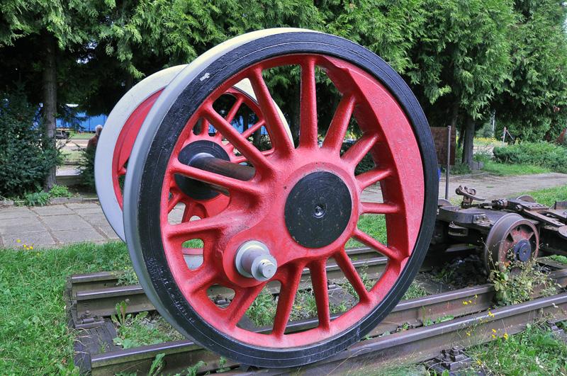 Dvojkolí z parní lokomotivy místo sochy osvoboditele