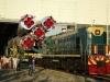 Bajkonur - motorová lokomotiva TEM2 vytahuje raketu s kosmickou lodí TMA3 z montážní haly