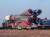 Bajkonur - motorová lokomotiva TEM2 táhne soupravu s raketou a kosmickou lodí TMA3 ke startovací rampě