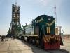 Bajkonur - lokomotiva TEM2 posuhuje raketu ke starvovací věži (motory napřed)
