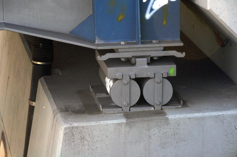 Železniční most přes R6 - volné uložení mostní konstrukce na válečcích (kvůli diletaci)